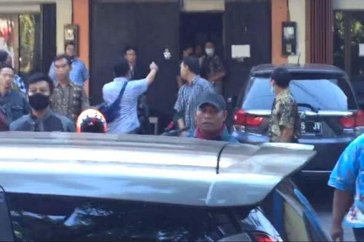 Kericuhan antara pengemudi ojek online dan kelompok yang diduga debt collector di salah satu kantor leasing di Surabaya, Kamis (18/6/2020).