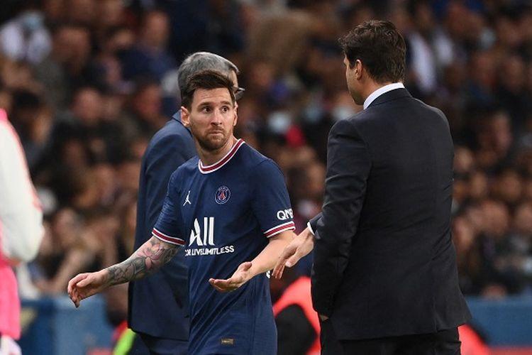 Lionel Messi berbicara dengan sang pelatih, Mauricio Pochettino, saat pergantian pemain di laga Paris Saint-Germain vs Olympique Lyon, Senin (20/9/2021) dini hari WIB.