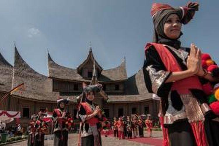 Peserta Tour de Singkarak (TdS) 2014 disambut dengan tarian khas Minang sebelum memasuki Istano Basa Pagaruyung, di Kabupaten Tanah Datar, Sumatera Barat, Senin (9/6/2014).