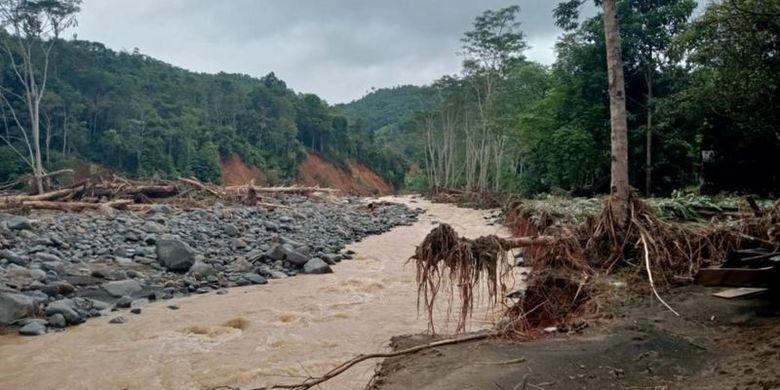 Banjir bandang dan tanah longsor tidak cuma merusak permukiman warga Dayak Meratus di Kecaman Hantakan, Hulu Sungai Tengah, tapi juga mengubah lanskap ekosistem.