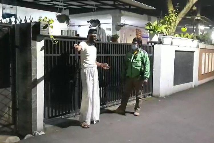 Ketua RT 04 RW 06 Serua Indah, Mahligai Kencana (kiri) saat berada di lokasi penangkapan perampok bersenjata di Jalan Sukabakti, Ciputat, Tangerang Selatan, Kamis (8/4/2021).