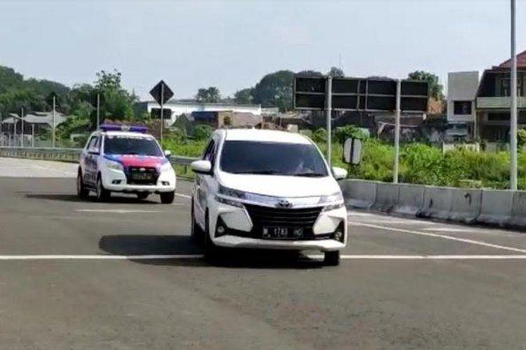 Mobil plat M berwarna putih yang nekat menerobos pos penyekatan pengetatan larangan mudik di pintu tol Malang sedang dikejar petugas Polresta Malang Kota.