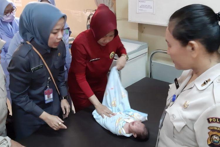 Bayi perempuan yang berusia sepekan di rawat di Rumah Sakit (RS) Bhayangkara Palembang, Kamis (17/10/2019). Bayi ini sebelumnya ditemukan warga di bak mobil pikap, Kamis (16/10/2019).