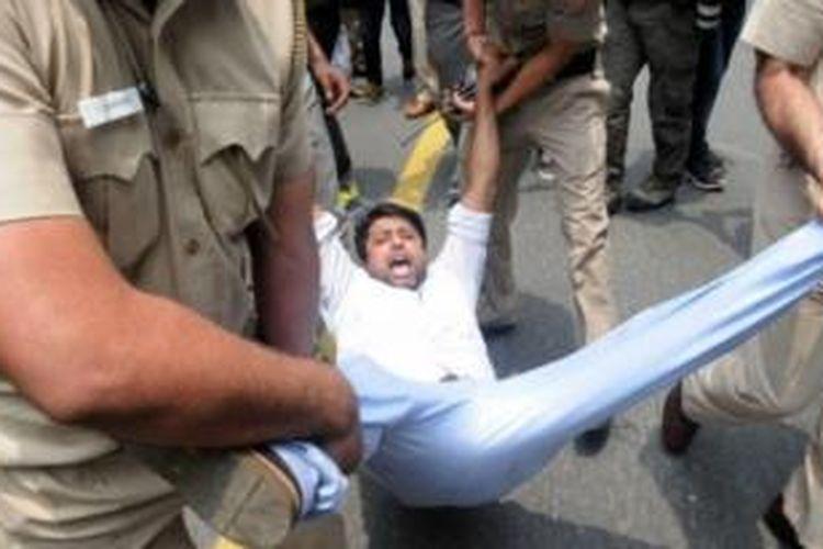 Polisi India membubarkan demonstrasi yang curiga terhadap kematian 30-an orang yang terlibat dalam kasus ini.