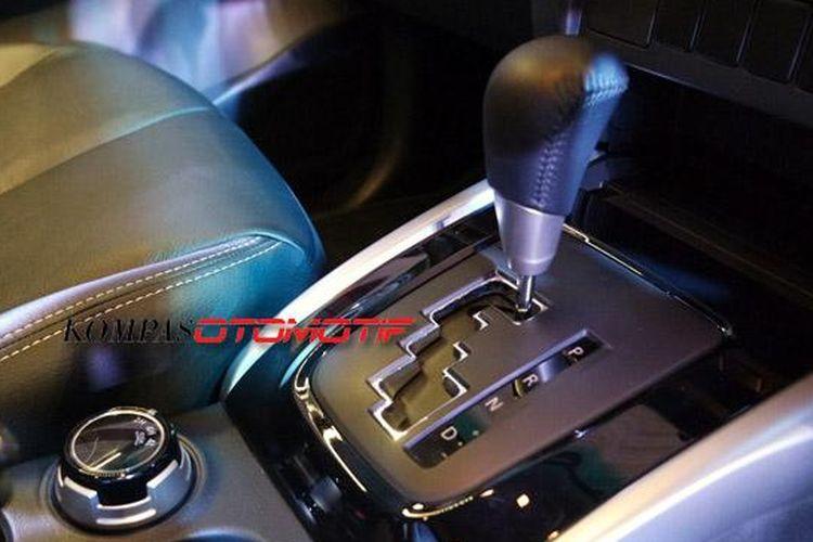 Tuas transmisi otomatis dan tombol putar buat pemilih sistem gerak pada All-New Mitsubishi Strada Triton tipe Exceed A/T.