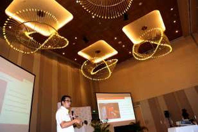 Direktur Utama PT KCJ Muhammad Nurul Fadhila saat memberikan keterangan pers di Hotel Hilton Double Tree, Cikini, Jakarta, Rabu (11/1/2017). Muhammad Nurul Fadhila menjelaskan mengenai Kinerja tahun 2016 dan Program pengembangan kereta rel listrik (krl) tahun 2017 dengan sejumlah isu diantaranya operasional KRL Rangkas Bitung, Program dan strategi peningkatan Volume penumpang 2017, program penambahan 400 unit vending machine dan 200 gate serta pemenuhan fasilitas untuk pengguna disabilitas.