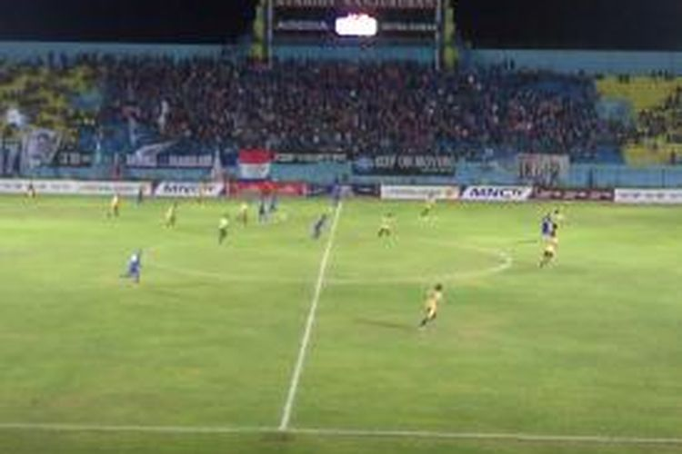 Arema Indonesia Vs Mitra Kukar dalam laga Menpora Cup 2013, di Stadion Kanjuruhan, Malang, Senin (23/9/2013).