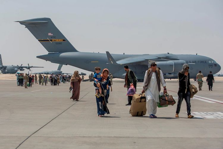 Pengungsi Afghanistan menurunkan C-17 Globemaster lll 23 Agustus 2021, di Pangkalan Udara Al Udeid, Qatar. Gambar diambil 23 Agustus 2021.
