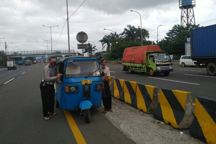 Video yang memperlihatkan kendaraan bajaj masuk jalan tol dengan melawan arah, viral di media sosial.