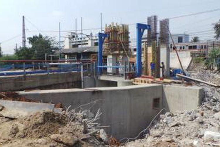 Pintu air Manggarai tambahan, tengah dalam proses pengerjaan. Jika rampung, Pintu Air di sana akan berjumlah tiga buah dari dua pintu lama yang sudah beroperasi. Jumat (31/10/2014).