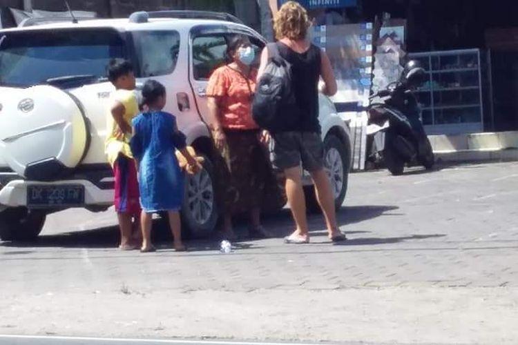 Seorang warga negara asing (WNA) asal Rusia, diamankan petugas karena mengemis di kawasan Pecatu, Kabupaten Badung, Bali, Selasa (30/2/2021) pukul 12.00 Wita.