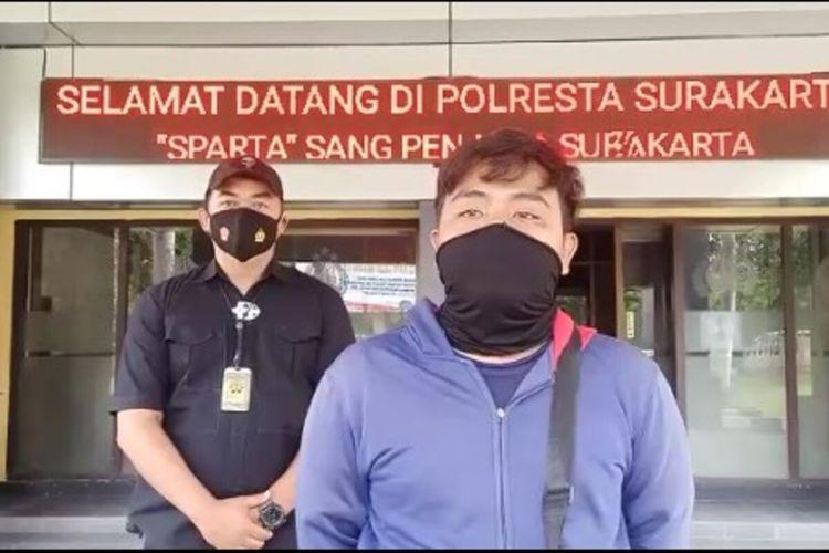 SF, pemuda yang diduga memposting informasi tidak benar terkait kasus flyover Manahan didampingi anggota Polresta Solo menyampaikan perminta maaf di Mapolresta Solo, Jawa Tengah, Senin (18/1/2021).