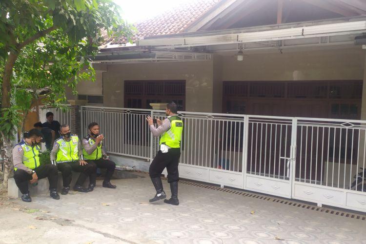 Anggota Polres Pamekasan menjaga rumah Mahfud MD di Jl. Dirgahayu Kelurahan Bugih, setelah diunjuk rasa ratusan massa, Selasa (1/12/2020).