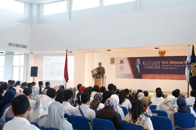 Menristekdikti saat memberikan sambutan pada peresmian gedung proyek Islamic Development Bank (IsDB) 7in1 di Universitas Negeri Surabaya (UNESA), Surabaya (20/2/2019).