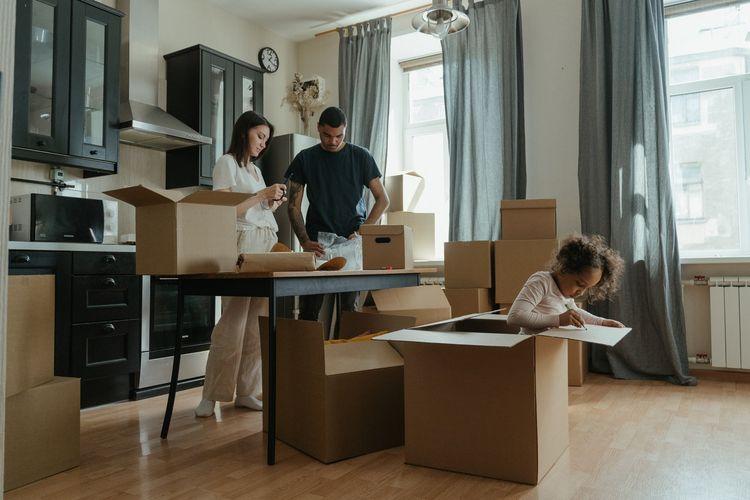 Ilustrasi pindah rumah, membereskan barang saat pindah rumah.