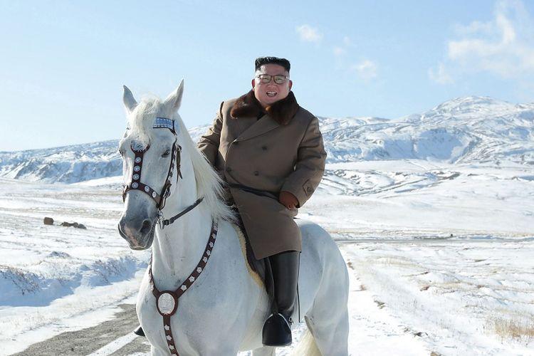 Foto tanpa tanggal yang dirilis kantor berita Korea Utara, KCNA, menampilkan sosok Kim Jong Un sedang menunggang kuda putih di wilayah bersalju.