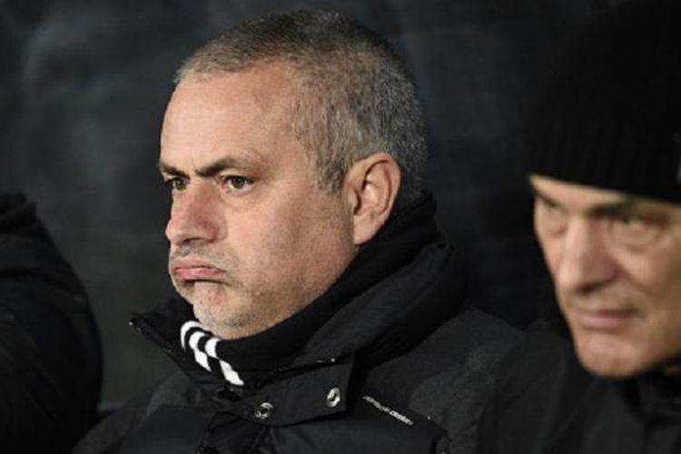 Jose Mourinho tampak gusar di bangku cadangan Stadion KCOM saat menyaksikan Manchester United bertanding hadapi Hull City, Kamis (26/1/2017).