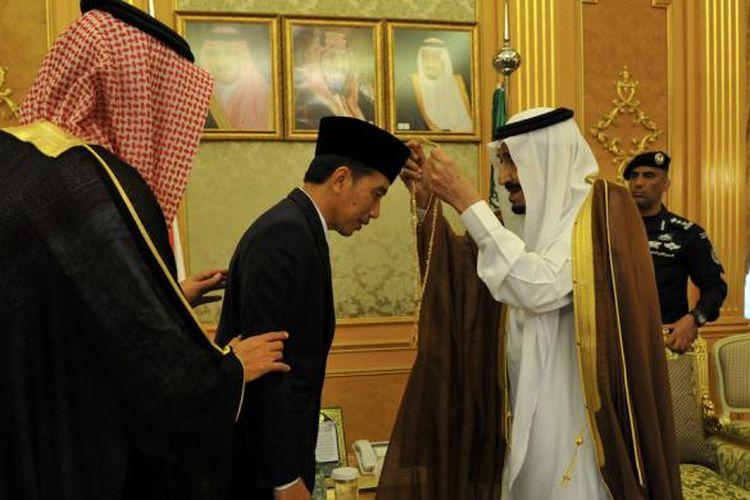 Presiden Joko Widodo mendapatkan medali King Abdul Azis dari Raja Arab Saudi (kanan) Salman bin Abdulazis di Istana Al Salam Diwan Malaki, Jeddah, Sabtu (12/9/2015). Medali tersebut diberikan sebagai bentuk penghormatan Raja Arab terhadap Presiden Jokowi. Selama bertemu, kedua negara membicarakan sejumlah isu strategis termasuk pengampunan bagi warga Indonesia yang terancam hukuman mati.
