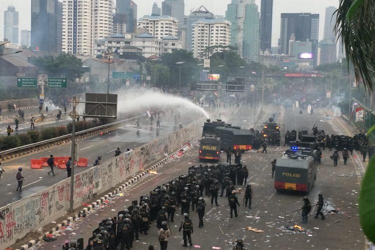Pasukan Brimob Polri, Selasa (24/9/2019), menghalau massa mahasiswa ke arah kawasan Semanggi menggunakan water canon.