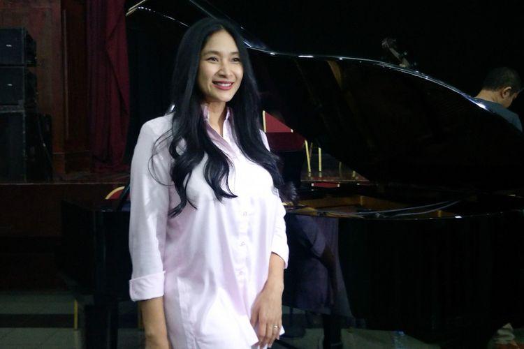Artis peran Happy Salma saat ditemui di sela latihan teater Bunga Penutup Abad di Gedung Nyi Ageng Serang, Rasuna Said, Kuningan, Jakarta Selatan, Rabu (14/11/2018).