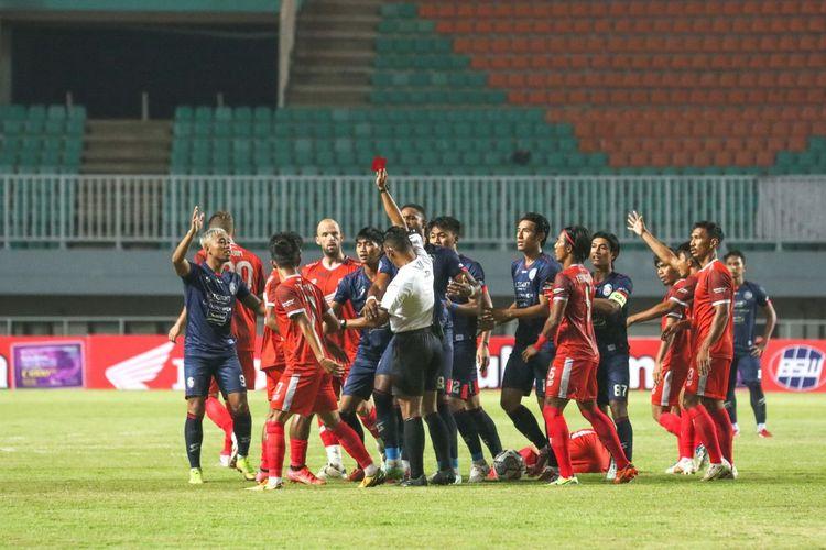 Wasit Agus Fauzan Arifin memberikan kartu merah langsung kepada pemain Arema Jayus Hariono setelah ia melanggar pemain PSM Makassar Sutanto Tan pada laga lanjutan Liga 1 2021-2022 di Stadion Pakansari, Kab Bogor, Minggu (5/9/2021).