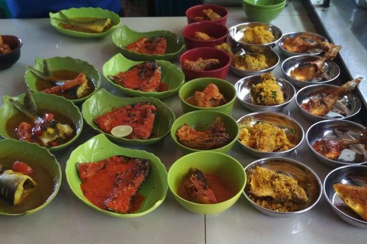 Di lokasi Workshop di Universitas Hassanuddin (Unhas), berbagai jenis dagangan bertebaran. Di jam makan siang, keramaian akan bertambah dua kali lipat.