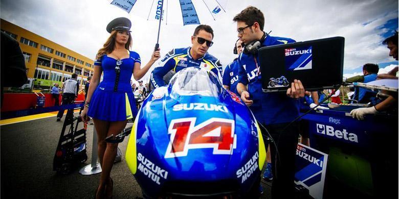 Randy de Puniet dan tim Suzuki MotoGP sebelum melakukan start di GP Valencia 2014.