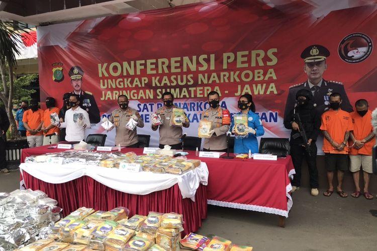Polres Metro Jakarta Selatan menangkap empat orang pengedar narkotika jenis ganja dan sabu-sabu. Dari penangkapan, polisi mengamankan barang bukti 160 kilogram ganja dan 131 kilogram sabu.