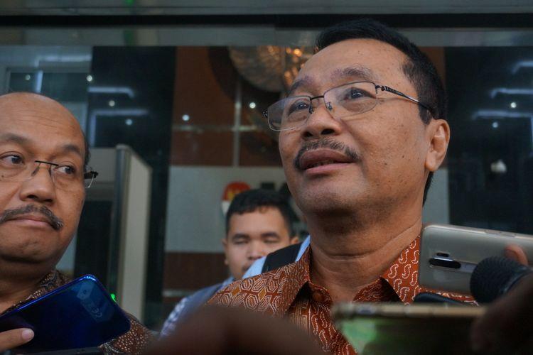 Eks Direktur Utama Petral Bambang Irianto berbicara kepada wartawan di Gedung Merah Putih KPK, Selasa (5/11/2019).