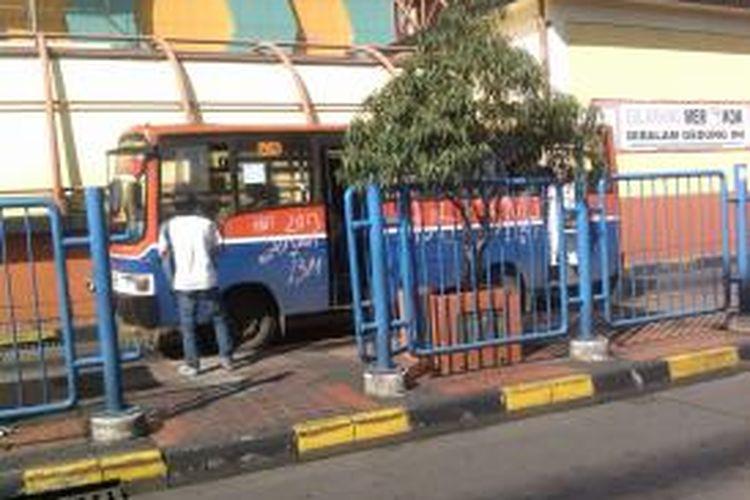 Metromini adalah salah satu alternatif kendaraam umum yang diminati warga. Walaupun.kerap ugal-ugalan kendaraan ini dianggap cepat mengantar penumpang ke tujuan, Blok M, Jakarta, Jumat.(26/7/2013).