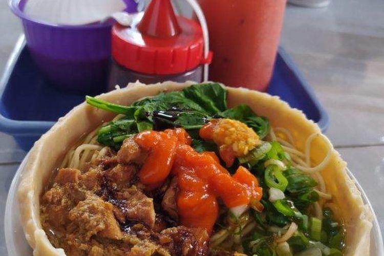 Mi ayam mangkuk bakso di Warung Mi Ayam Bang Poel, Magelang, Jawa Tengah.