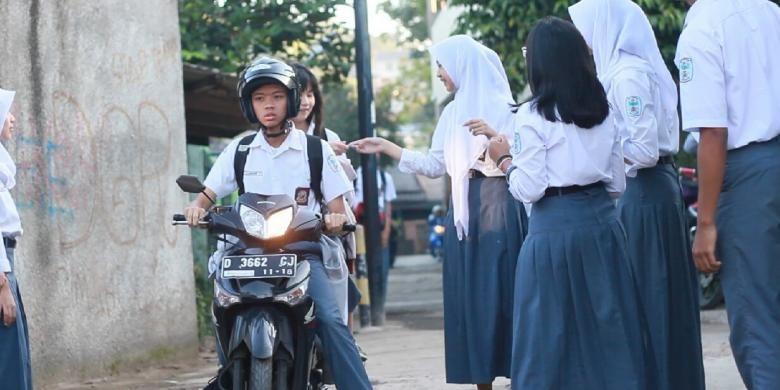 Mulai Maret lalu, siswa bermotor di SMAN 19, Bandung, diizikan masuk gerbang sekolah bila mereka  memiliki Surat Izin Mengemudi (SIM) dan memberi tumpangan pada seorang temannya.