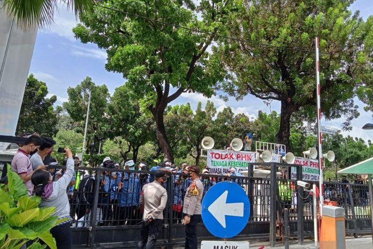 Para petugas ambulans gawat darurat (AGD) melakukan aksi unjuk rasa menyampaikan tuntutan pada Gubernur DKI Jakarta Anies Baswedan, termasuk memprotes keputusan PHK tiga petugas, padahal dalam kondisi COVID-19, di Balai Kota Jakarta, Kamis (22/10/2020).