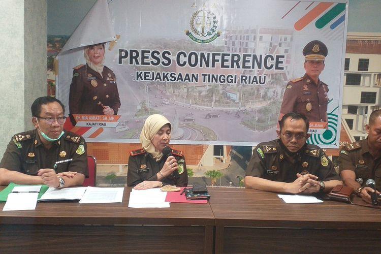 Kejati Riau menggelar konferensi pers terkait dugaan pemerasan yang dilakukan oknum Kejari Inhu terhadap 64 kepala sekolah SMP negeri di Kabupaten Indragiri Hulu, Riau, Senin (20/7/2020) sore.