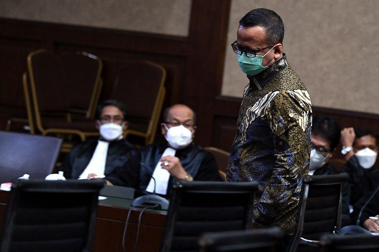 Terdakwa kasus dugaan suap izin ekspor benih lobster tahun 2020 Edhy Prabowo tiba untuk menjalani sidang pembacaan tuntutan di Pengadilan Tipikor, Jakarta, Selasa (29/6/2021). Jaksa Penuntut Umum KPK menuntut mantan Menteri Perikanan dan Kelautan tersebut dengan hukuman 5 tahun penjara dan denda Rp 400 juta subsider 6 bulan kurungan. ANTARA FOTO/Sigid Kurniawan/hp.