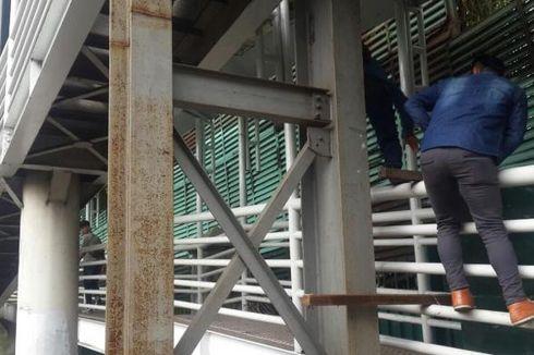 JPO Ditutup, Pejalan Kaki Nekat Panjat Pagar Jembatan Halte Polda Metro