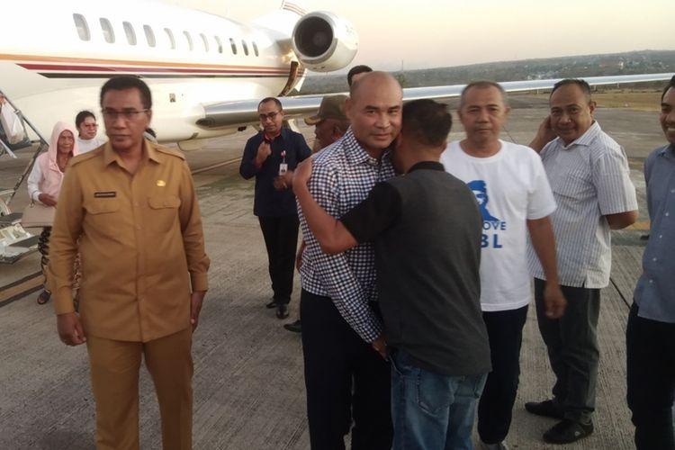 Gubernur NTT Viktor Bungtilu Laiskodat saat turun dari jet pribadinya dan disambut oleh para ASN dan sejumlah pejabat, Senin (21/10/2019)
