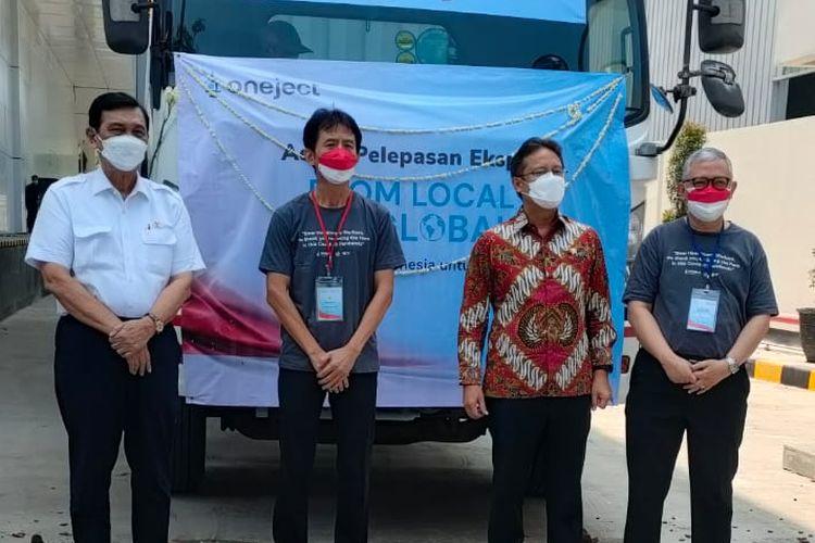 Menko Maritim dan Investasi Luhut Binsar Pandjaitan dan Menkes Budi Gunadi Sadikin melepas ekspor alat suntik vaksin Covid-19 produksi PT Oneject Indonesia, Kamis (26/8/2021).