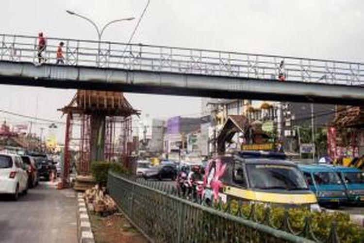 Jembatan penyeberangan di Margonda, Depok, Jawa Barat, Rabu (9/10/2013). Jalan utama di kota ini tidak memiliki ruang hijau. Kondisi diperparah dengan kemacetan lalu lintas yang sering terjadi.