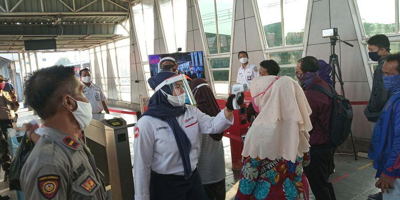 Sejumlah petugas stasiun dan gugus tugas dari TNI-POLRI tampak melakukan pemeriksaan suhu tubuh bagi penumpang KRL di Stasiun Bojonggede, Kabupaten Bogor, Jawa Barat, Selasa (9/6/2020).