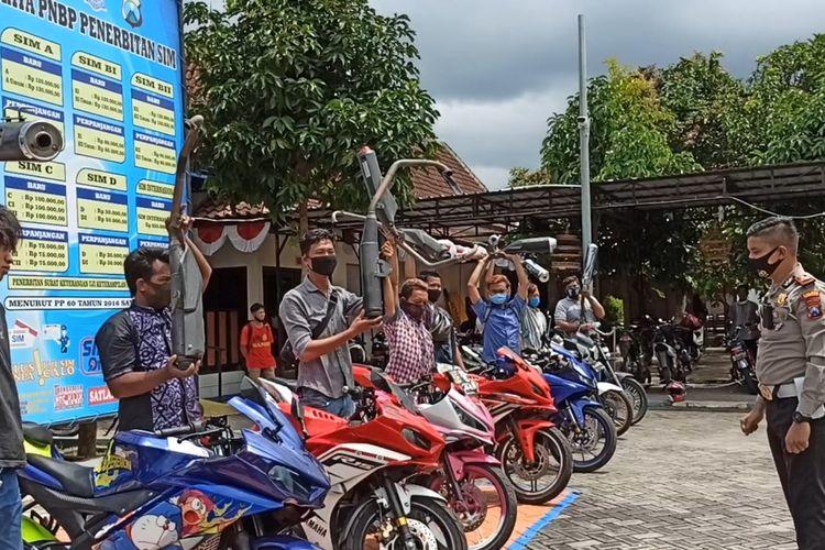 Kasatlantas Polres Trenggalek, memberi arahan kepada pemilik kendaraan berknalpot bising, sambil mengangkat knalpot dihalaman gedung Satlantas Polres Trenggalek Jawa Timur (02/09/2020).