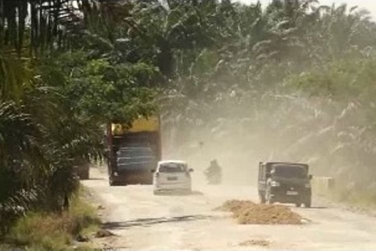 Jalur mudik Trans Sulawesi yang melewati Kecamatan Tikke Raya kondisinya rusak, bergelombang dan banyak timbunan material di sisi jalan yang membuat pemudik harus ekstra hati-hati. Jalur ini sudah mulai ramai sejak sepekan sebelum Lebaran.