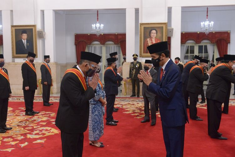 Menko PMK Muhadjir Effendy saat menerima gelar Bintang Mahaputra Adipradana dari Presiden Joko Widodo di Istana Negara, Jakarta, Rabu (11/11/2020).
