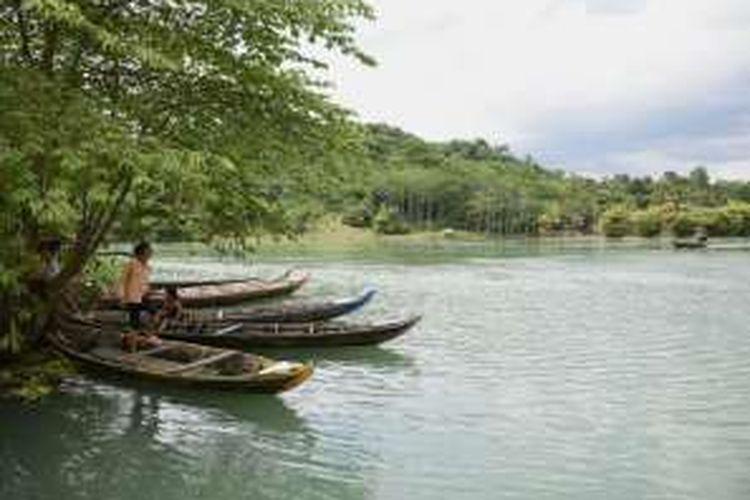 Berkat tanggul yang sudah selesai dibangun, dan kawasan bantaran Sungai Citarum yang berhasil dinormalisasi, desa yang dikenal sebagai 'Kampung Perahu' itu pun kini bebas banjir.