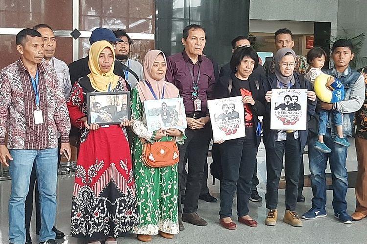 Rombongan keluarga mahasiswa Universitas Haluoleo yang tewas dalam aksi unjuk rasa menolak RKUHP dan revisi UU KPK, Randi dan Yusuf Kardawi, berfoto bersama di Gedung Merah Putih KPK, Kamis (12/12/2019).