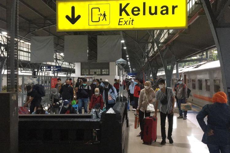 Penumpang kereta api yang tiba di salah satu stasiun area Daop 1 Jakarta, Senin (4/1/2021).