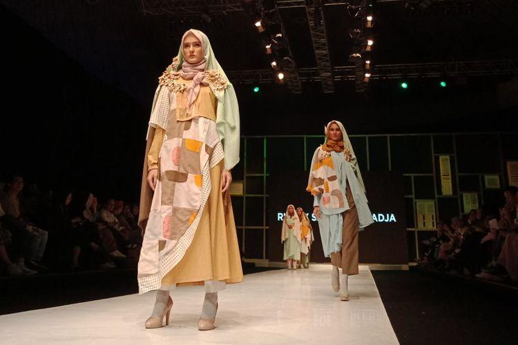 Salah satu koleksi calon desainer dari Islamic Fashion Institute (IFI) pada sesi peragaan busana di Muslim Fashion Festival (Muffest) 2018 di Jakarta Convention Center, Kamis (19/4/2018).