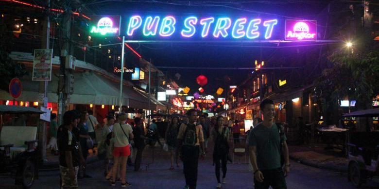 Pub Street, jalanan paling ramai di kawasan pasar malam kota Siem Reap, Kamboja.