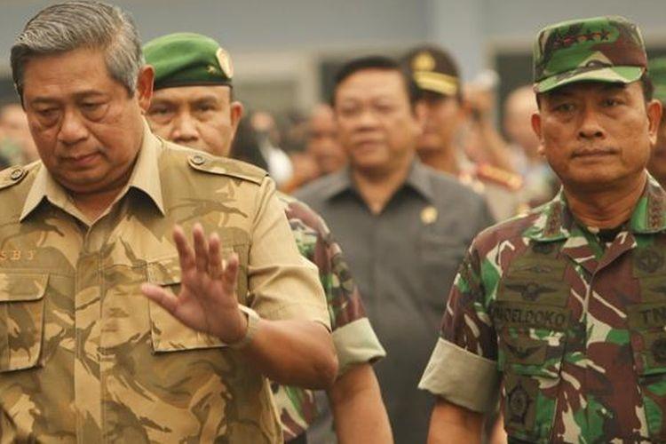 Presiden Susilo Bambang Yudhoyono tiba di Landasan Udara Roesmin Nurjadin, Pekanbaru, Riau, Sabtu (15/3/2014). Pesawat kenegaraan sudah bisa mendarat di Pekanbaru karena kabut asap kemarin mulai berkurang sehingga jarak pandang meningkat. Presiden meninjau salah satu lokasi kebakaran hutan di Rimbo Panjang.