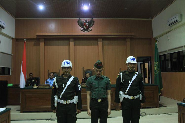 Prada DP terdakwa kasus pembunuhan serta mutilasi terhadap pacarnya sendiri Fera Oktaria (21) ketika menjalani persidangan di Pengadilan Militer I-04 Palembang, Kamis (1/8/2019).